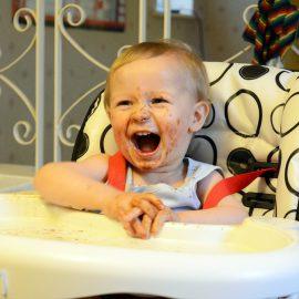 Małe dzieci śmieją się w głos – o poczuciu humoru dwulatków