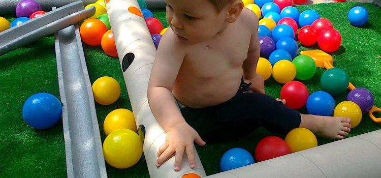 7 zabaw edukacyjnych prosto od Marii Montessori (w żłobku i w domu)